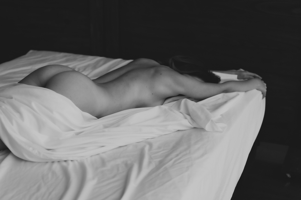 Orlando Boudoir Photographer says white sheets are your best outfit.